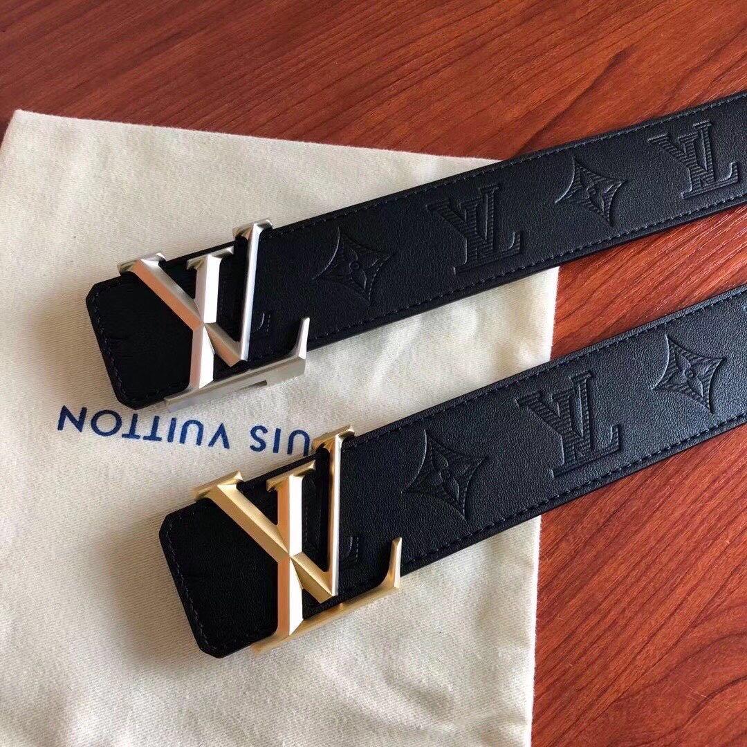 40毫米男士双面腰带,烘托LV字母标识的再度焕新,镂空L字若隐若现,银色V字光泽熠熠,见证路易威登对金属工艺的不懈追求.jpg